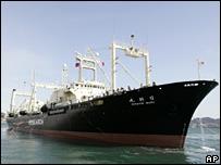 """日本大型補給船""""日新丸""""號再度領銜這支捕鯨船隊"""