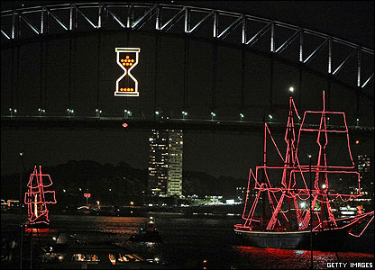 A huge light that looked like a clock timer counted down to midnight under Sydney Harbour Bridge- a famous landmark in Australia