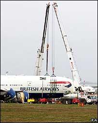 希思羅機場當局移走迫降英航客機(19/1/2008)