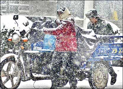 安徽巢湖市民众冒雪推车(新华社图片26/1/2008)