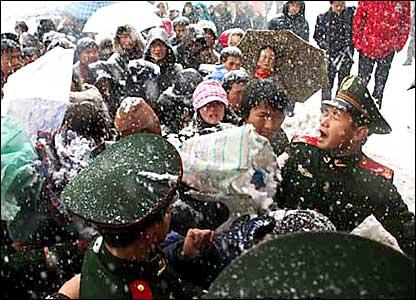 合肥火车站武警维持秩序(新华社图片27/1/2008)