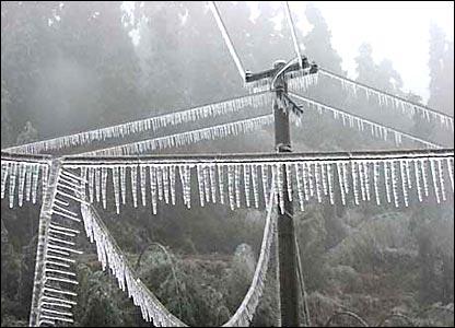 福建长丁县农村输电线遭冰凌(新华社图片27/1/2008)