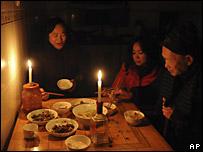 湖南郴州一家黑夜中點蠟燭進餐(2/2/2008)