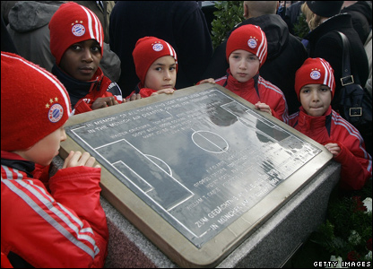 Young players at a memorial in Munich