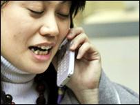 正在用手機通話的女士