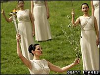 奥运圣火由女祭司用聚光镜收集太阳光点燃