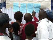 選民觀看津巴布韋選舉初步結果