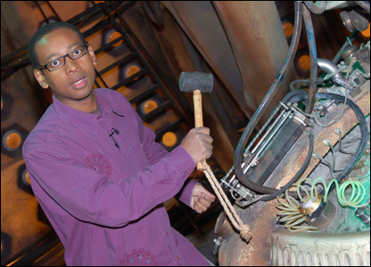 Lizo with a hammer in the Tardis