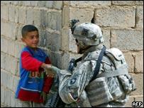 一名駐伊拉克美軍士兵與伊拉克男童握手