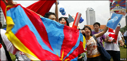 Protestors waving Tibet flags at the start of the Malaysian leg of the Olympic torch relay