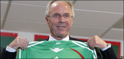 Sven-Goran Eriksson with a Mexico shirt