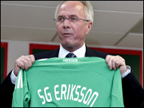 Sven-Goran Eriksson with a Mexico shirt with his name on it