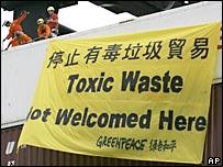 香港綠色和平成員在貨船上展開示威標語(14/6/2008)