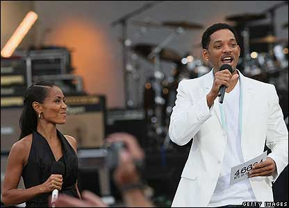 Hollywood actor Will Smith got up on stage with his wife Jada Plunkett. Together they introduced Mr Mandela.