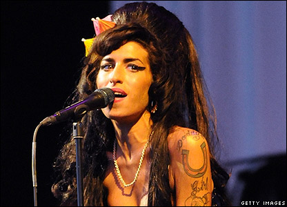Amy Winehouse performed her first full UK show for seven months.