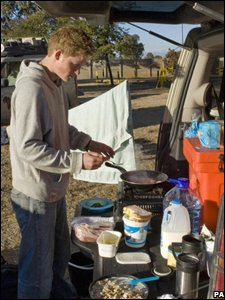 Prince Harry making food on the back of a truck during a stop in Bloemfontein