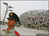 中國武警官兵在北京國家體育場(鳥巢)前站崗(26/7/2008)