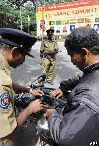 斯里蘭卡警察在科倫坡搜查途人的手提包(30/7/2008)