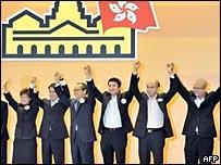 香港民建聯成員劉江華(左三)團隊得知當選後舉手致謝(8/9/2008)