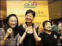 香港公民黨黨魁余若薇(中)與競選伙伴歡呼(8/9/2008)