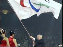 Boris Johnson, mayor of London receives the International Paralympic flag (Photo: LUI JIN/AFP/Getty Images)