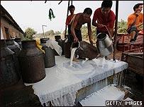 湖北武汉奶农倒掉无法出售的牛奶(21/9/2008)