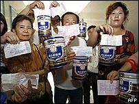 湖北武汉三鹿奶粉销售点家长要求退货(16/9/2008)