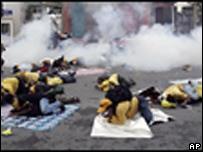 泰國警察向示威者投放催淚瓦斯