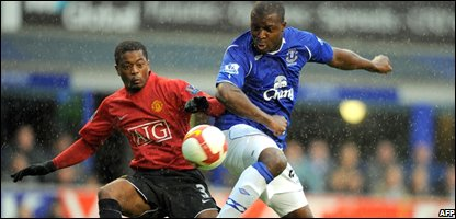 Everton's Nigerian forward Yakubu (R) fights for the ball with Manchester United's French defender Patrice Evra (Photo by ANDREW YATES/AFP/Getty Images)