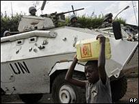 一名剛果兒童走過聯合國維和部隊的坦克
