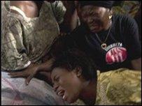 2008年10月30日戈馬發生暴力中喪生的兩名婦女的尸體