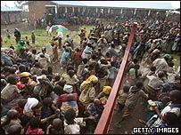 剛果(金)戈馬附近的一處聯合國救助站難民爭相入內(1/11/2008)