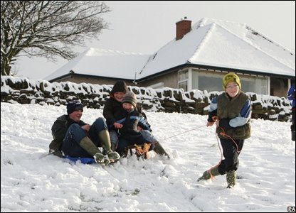 Kids playing in the snow (Photo by: Dave Thompson/PA Wire)