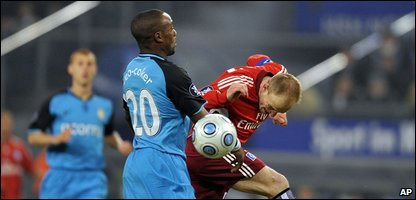 Aston Villa's Nigel Reo-Coker, left, and Hamburg's David Jarolim (AP Photo/Axel Heimken)