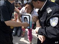 在都江堰一家法院外示威的學生家長被警察帶走(2008年6月3日)