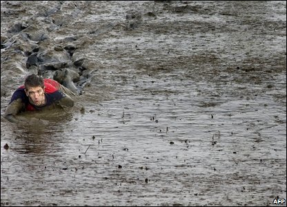 Competitors take part in the Maldon Mud Race in Maldon, Essex on January 4, 2009 (Photo by BEN STANSALL/AFP/Getty Images)