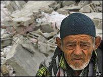 加沙一名老人望著被炸成廢墟的樓房(24/1/2009)