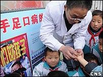 醫護人員講解手足口病防治知識(中新社圖片25/3/2009)
