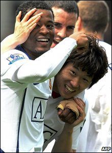 Manchester United midfielder Ji-Sung Park celebrates his goal