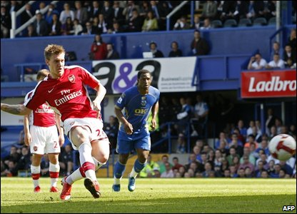 Nicklas Bendtner scores his second for Arsenal against Portsmouth