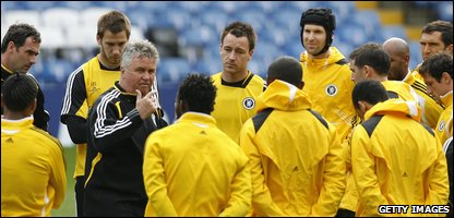 Chelsea boss Guus Hiddink gives a team talk ahead of tonight's game against Barcelona