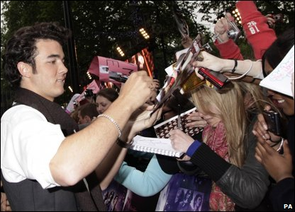 Kevin Jonas signing autographs for fans