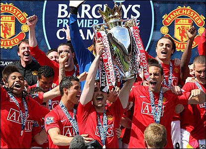 Manchester United players with the Premier League trophy