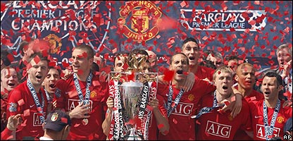 Manchester United players get the Premier League trophy