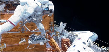 John Grunsfeld, left, and Andrew Feustel carry out repais to the Hubble