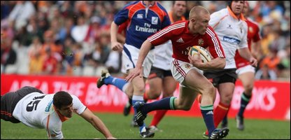 Keith Earls crosses the line