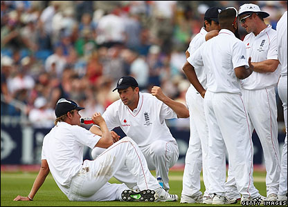 By Saturday, Australia had taken a commanding lead in the fourth Ashes TeBy Saturday, Australia had taken a commanding lead in the fourth Ashes Test. Here's the England team having a pep talk on a drinks break.