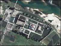 檔案圖片:衛星拍攝的朝鮮寧邊核設施(13/08/2002)