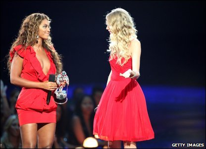 Later in the evening Beyonce won the video of the year award. She called Taylor Swift back onto stage and let her finish her acceptance speech.
