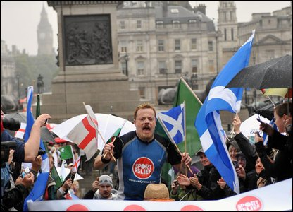 Eddie Izzard at the finishing line